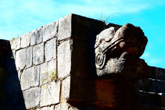 Primer plano de la cabeza de serpiente que adorna la escalera de subida