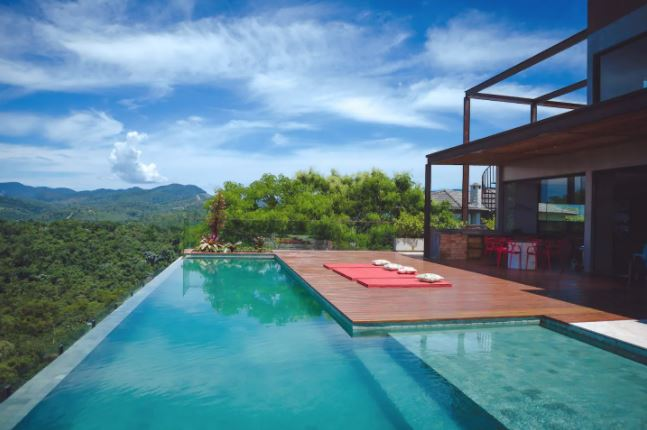 Casas incríveis para alugar no Airbnb em SP / Piscina com boarda infinita em Santa Isabel