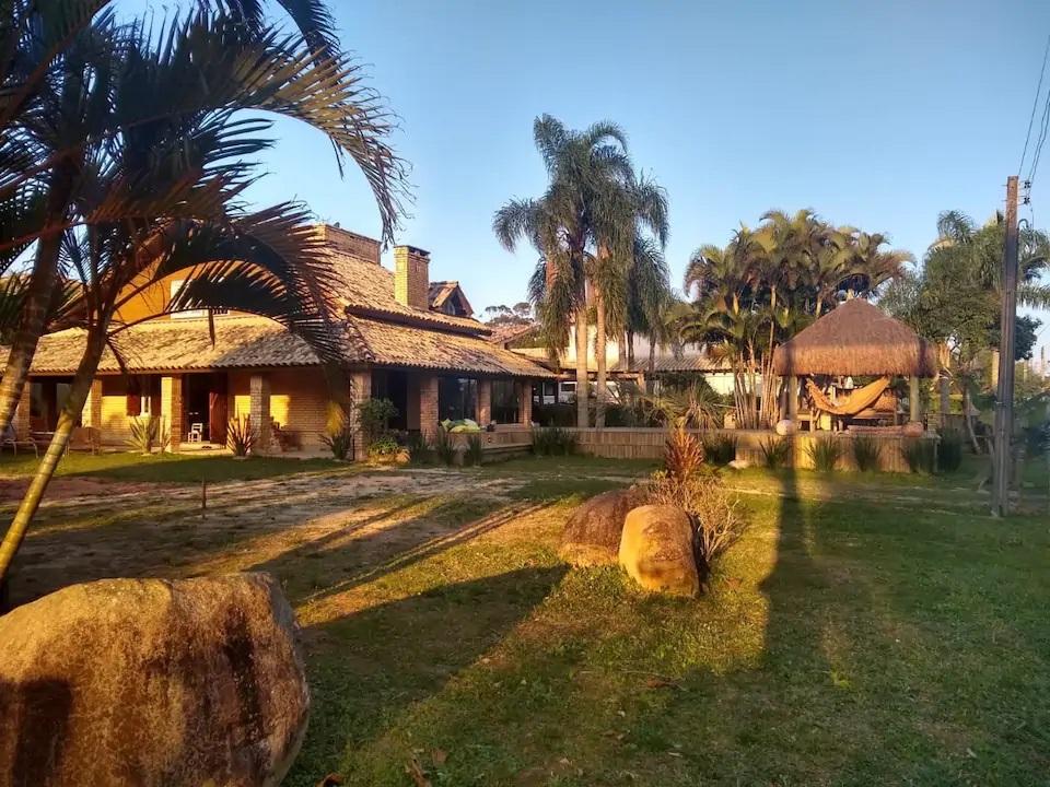 Airbnb na Praia do Rosa / Casa na Beira da Lagoa