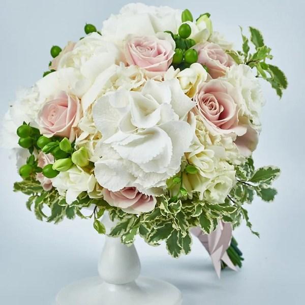 Buchet bujori albi, hortensie, trandafiri sweet