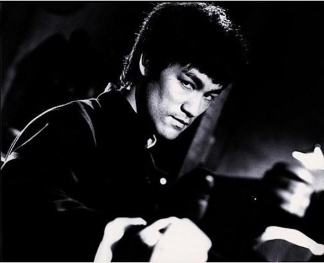 Bruce-Lee-Dalla-ciina-con...-700x569