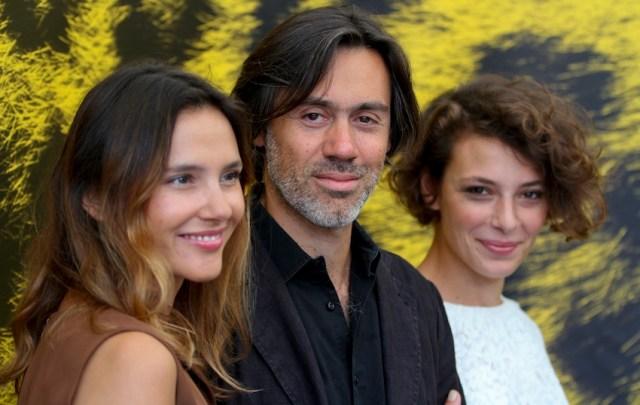 Emmanuel Mouret a Locarno alla presentazione del suo 'Une autre vie'. Con lui le due attrici, Virginie Ledoyen e Jasmine Trinca.