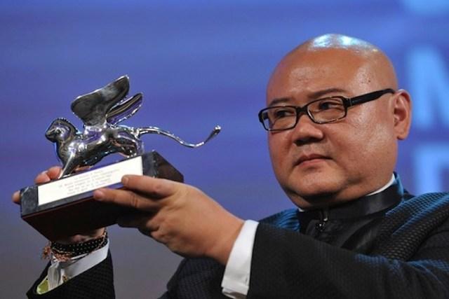 Il regista Shangjun Cai con il Leone d'argento a Venezia 2012