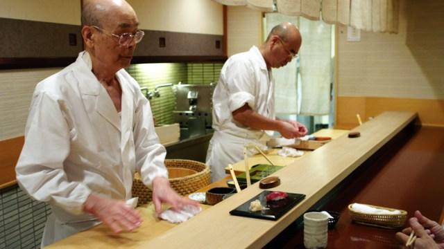 Jiro Ono, 85 anni, il più grande maestro di sushi al mondo, nella cucina del suo ristorante di Tokyo con il figlio.