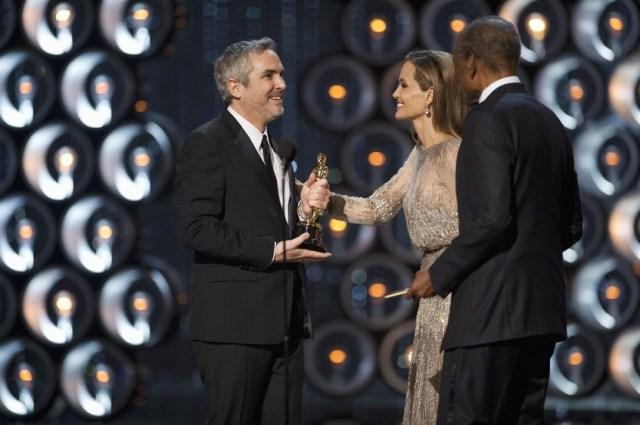 Angelina Jolie e Sidney Poitier consegnano l'Oscar per la migliore regia a Alfonso Cuaron per Gravity.