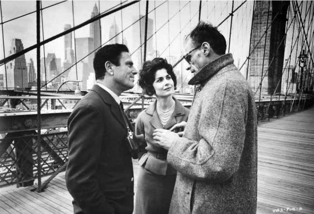 Arthur Miller (a dx) con Raf Vallone e Carol Lawrence durante il tournage di Uno sguardo dal ponte.