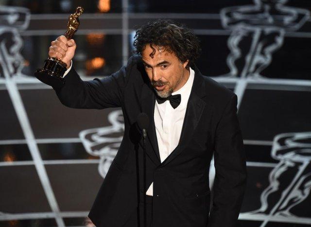 Alejandro Goinzalez Iñarritu con il suo Oscar per la regia di Birdman (foto dal sito dell'Oscar)