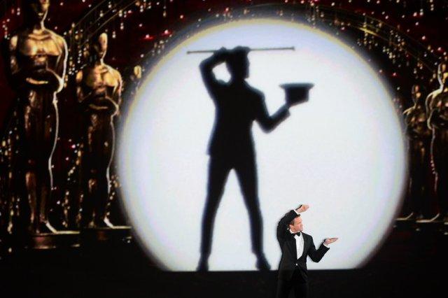 il conduttore Neil Patrick Harris in uno dei momenti della serata (foto dal sito degli Oscar)