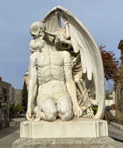 Beso de la muerte cementerio Poblenou