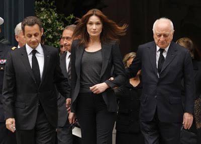 נשיא צרפת סרקוזי ואשתו קרלה ברוני בהלווית איב סאן לורן, מלווים את בן זוגו פייר ברג׳.