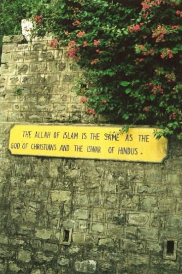 שלט בתחנת רכבת בהימאצ'אל פראדש. בתרגום חופשי: אללה של האסלאם הוא אותו אלוהים של הנוצרים ואישוור של ההינדוהיסטים. הועלה על־ידי Aviad2001 CC BY 2.5