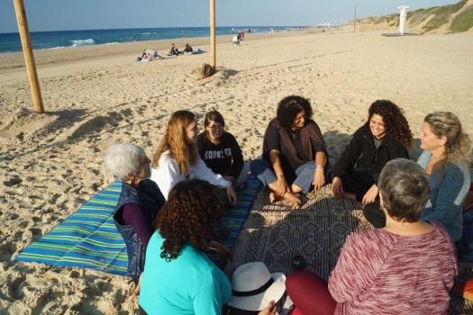 מעגל נשים אנרגטי בחוף פלמחים
