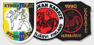 Kaikki kolme Nurmijärven Shotokan Karaten käytössä ollutta kangaslogoa.