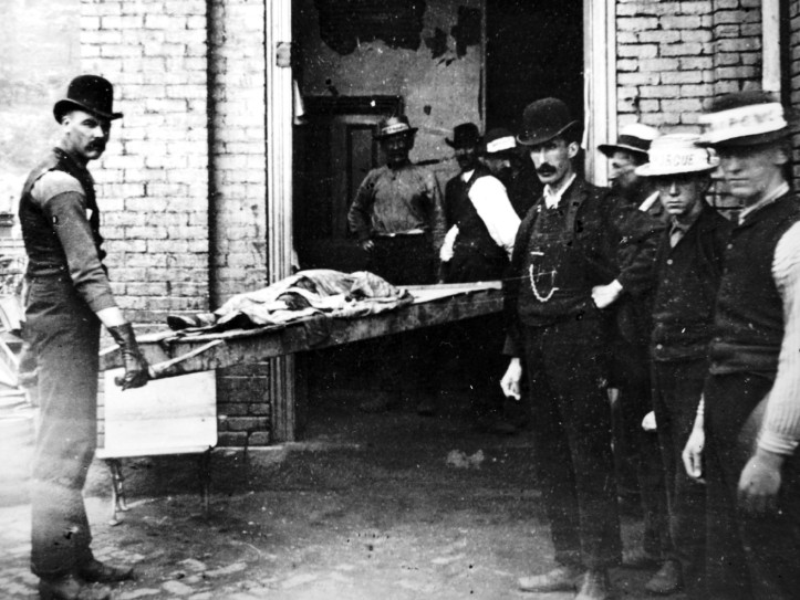 Carrying a body into the morgue. (Photographer unknown/Courtesy of the Johnstown Area Heritage Association)