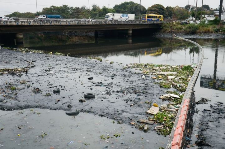 An eco-barrier spanning the Meriti river, part of the effort to keep trash out of Rio's Guanabara Bay. (Tomaz Silva/Agência Brasil)