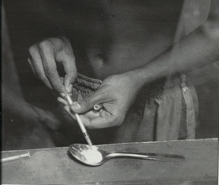 """Persiapan """"pesta"""" Putauw, bahan bakunya ditaruh pada sendok (foto : Tjandra M Amin)"""