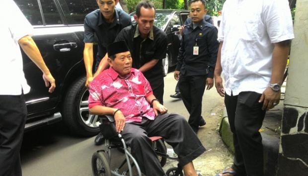Pak Harmoko di atas kursi roda, beberapa tahun terakhir (foto : Tempo.co)