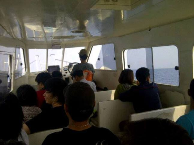 Di atas kapal dari jakarta menuju Pulau Seribu (foto : Nur Terbit)