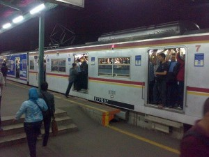 Kereta Commuterline Jabodetabek (foto: Nur Terbit)