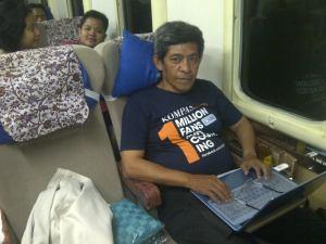 Di atas kereta api Argo Lawu, Gambir Jakarta - Solo Balapan Surakarta, pekerjaan sebagai editor media online pun tetap harus dilakoni (foto dok pribadi)