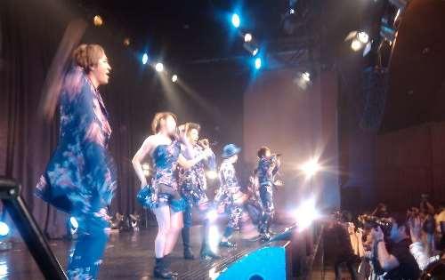 Grup band remaja Jepang AAA saat tampil (foto: Nur Terbit)