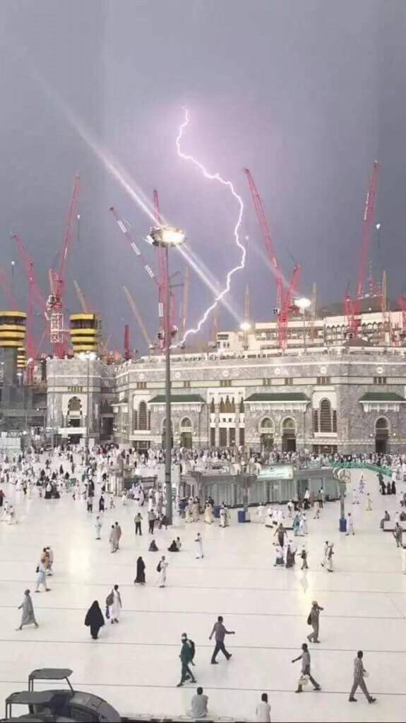 Petir menyambar crane di Masjidil Haram, Mekah (foto Istimewa)