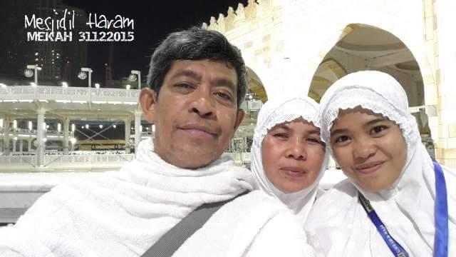 Penulis bersama istri dan anak berpose di depan Ka'bah, di Masjidil Haram, Mekah, saat crane ambruk (foto Istimewa)