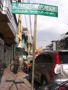 Pangeran Diponegoro diabadikan sebagai nama jalan menuju Makam Pangeran Diponegoro lengkap dengan aksara lontara (foto2 dok pribadi Nur Terbit)