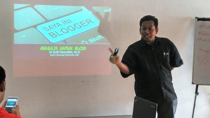 Kang Arul (Dr Rulli Nasrullah, MSi) sedang membongkar rahasia sukses menulis blog dan menerbitkan buku (foto : Nur Terbit)