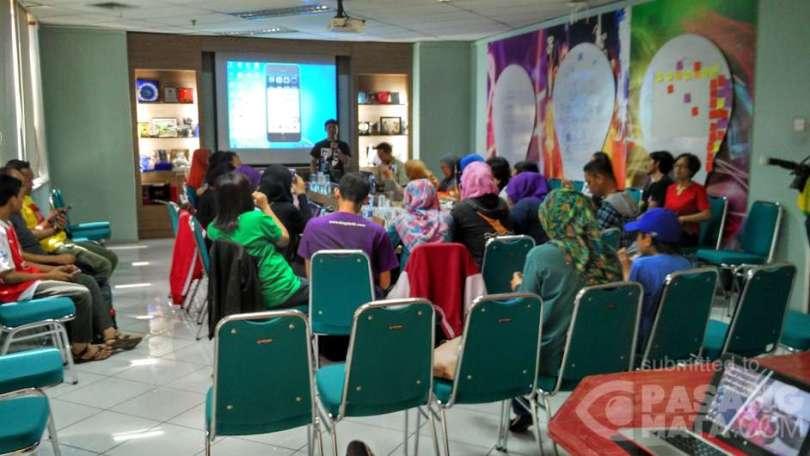 Suasana pelatihan membuat video blogging di acara Sunday Sharing Blogdetik #23 (foto : Nur Terbit)