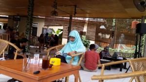 """Mbak Mugniar, blogger produktif yang hadir membawakan materi """"Why Blogging"""" di acara Komunitas Blogger AngingMammiri Makassar (foto : Nur Terbit)"""