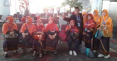 Bersama sebagian anggota keluarga yang berangkat umrah, berpose saat transit di Bandara Kualanamu, Medan (dok Nur Terbit)