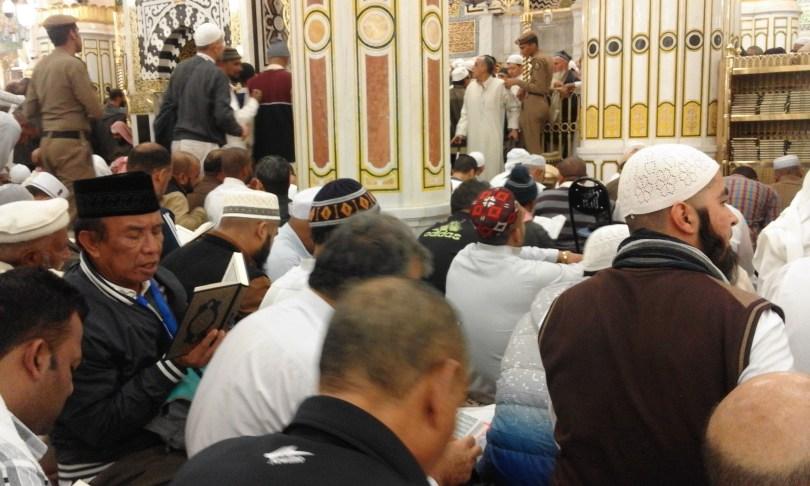 Jamaah berebut tempat di antara dua tempat maqbul untuk berdua. Yakni di Raodah, tempatnya antara mihrab dan makam Rasulullah (foto : Nur Terbit)