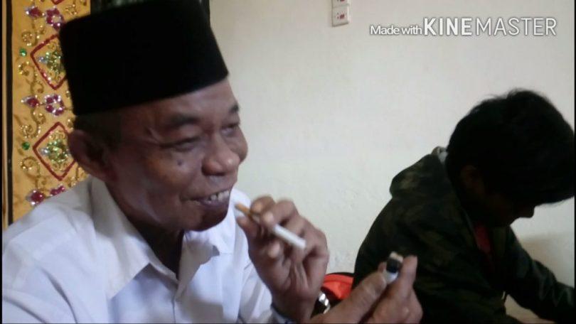Gaya Daeng Saleh dengan rokok kesayangannya (foto : Nur Terbit)