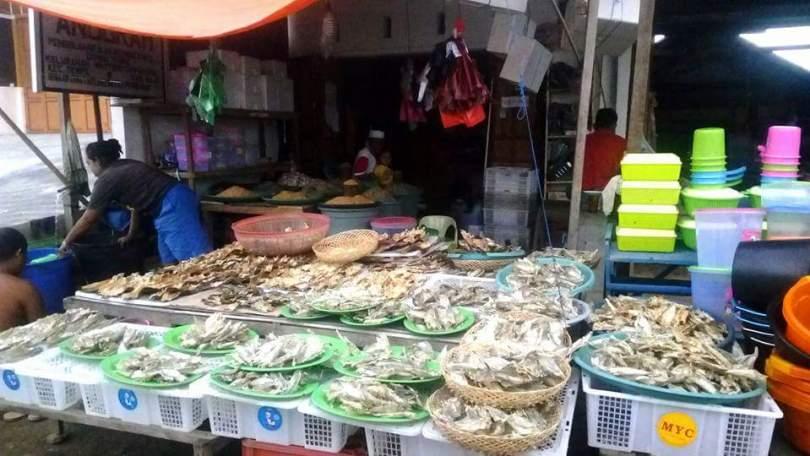 Ikan kering dijual di tepi jalan di Kota Sengkang, Kabupaten Wajo (foto : Nur Terbit)