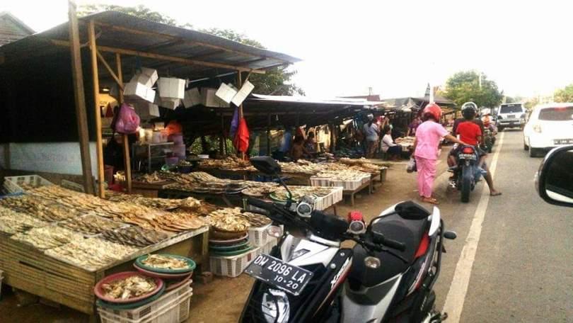 Ikan kering atau ikan asin dijual di tepi jalan di Kota Sengkang, Kabupaten Wajo (foto : Nur Terbit)