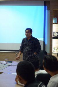 Kang Arus sedang memberi materi (foto Blogdetik)