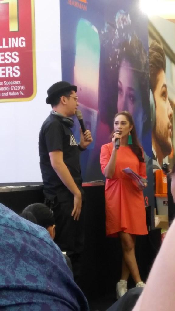 Artis Kevin Julio sedang berbagi pengalaman kepada MC cantik sebagai pengguna produk JBL (foto : Nur Terbit)