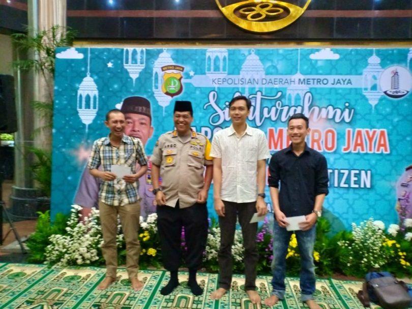 Juara lomba Twitter (live twit) di acara buka bersama Kapolda bergambar bersama Kabid Humas Polda Metro Jaya, Kombes Pol Argo Yuwono (foto Hermini)