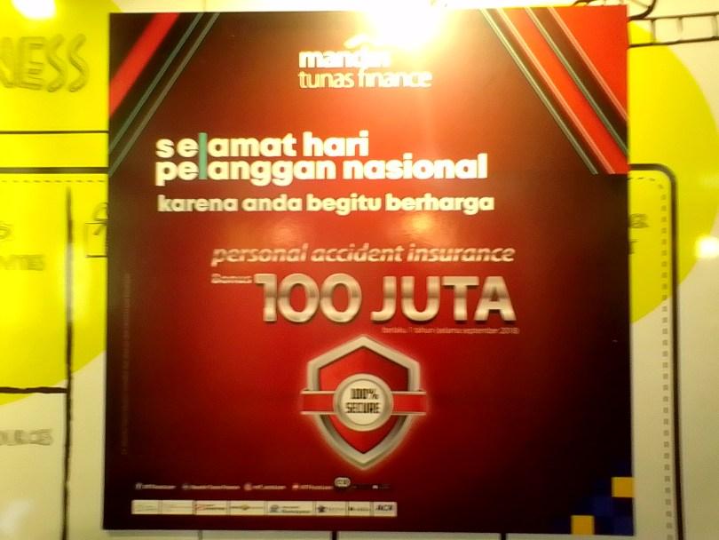 Bonus Asuransi senilai 100 juta dari program MTF untuk memanjakan pelanggan (foto : Nur Terbit)