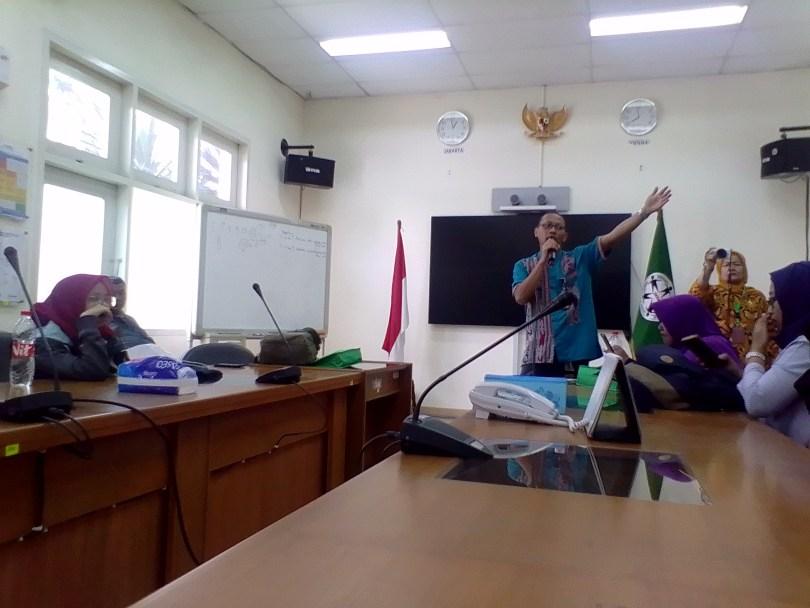 Abdul Qohhar, Kepala Humas Badan Pengawas Tenaga Nuklir (Bapeten) Jakarta sementara memberikan penjelasan kepada blogger dan wartawan (foto : Nur Terbit)