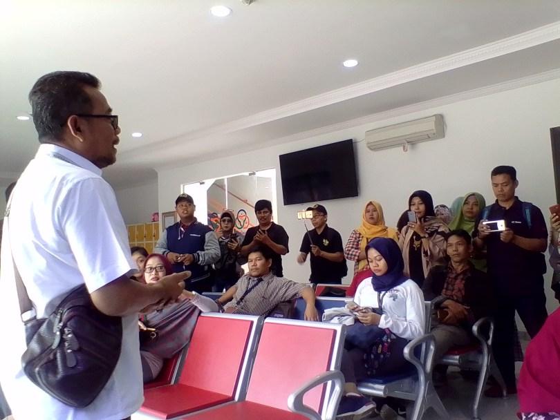 Melihat pemanfaatan nuklir di tempat riset di Badan Tenaga Nuklir Nasional (BATAN) di Serpong, Tangerang, Banten (foto : Nur Terbit)
