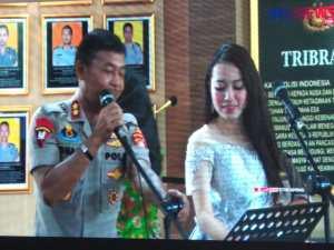Kapolda Metro Jaya Irjen Pol Idham Azis menyumbang suara emasnya pada cara peluncuran portal berita PMJNews (foto Nur Terbit)