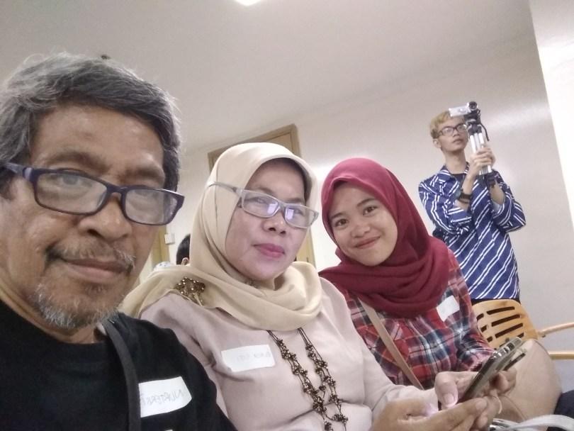 Sebagai Keluarga Blogger, saya hadir (kiri) bersama istri dan putriku. Kami bertiga kebetulan blogger hehe....(foto dok pribadi)