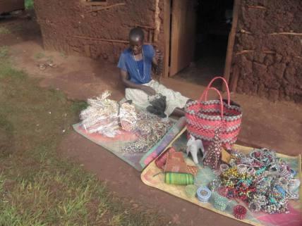 Jane präsentiert stolz ihre Produkte