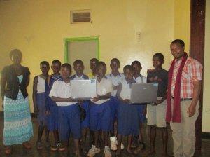 Felix mit den SchülerInnen des Computerkurses