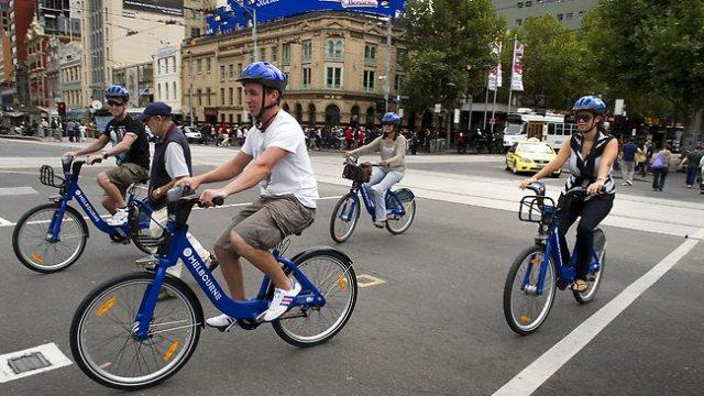 Tourists on Hire Bikes/Foto Nusantaranews via heraldsun