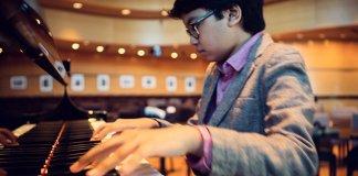Pianis Cilik Indonesia Joey Alexander saat beraksi memainkan piano/Foto via voa