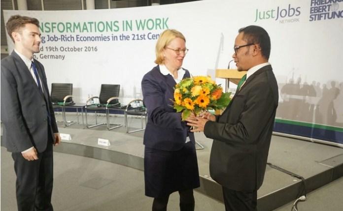 Menteri Ketenaga Kerjaan (Menaker) Hanif Dakhiri tengan melakukan serah terima bunga kepada delegasi Jerman