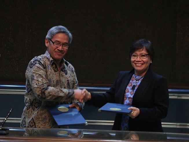 Penandatanganan antara Sekretaris Jenderal KKP Sjarief Widjaya dan Country Director WCS Indonesia Program Noviar Andayani. Foto Fadhilah/Nusantaranews.co